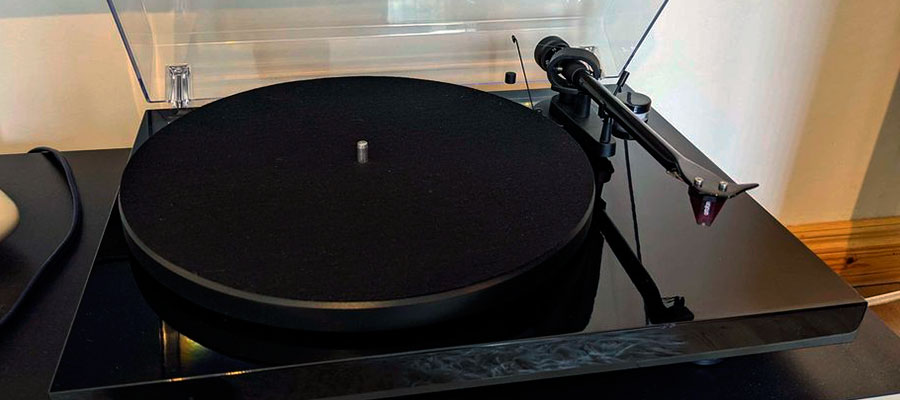 Pro-Ject Debut Carbon front view with open cap